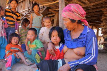 Женщины акха по традиции ходят с обнаженной грудью