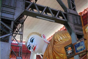 Храм с огромным Буддой в Янгоне