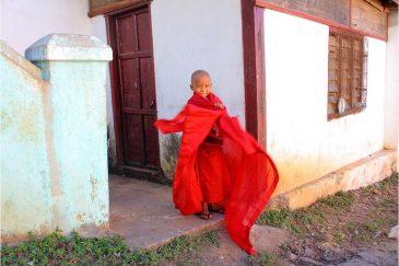 Молодой монах у подножия священной горы Попа