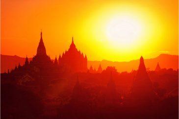 Один из крупнейших в Азии архитектурных комплексов Баган на закате