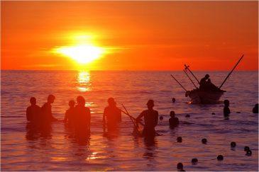 Рыбаки на закате в Индийском океане