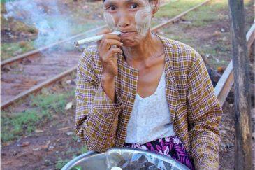 Веселая женщина у дороги возле Баго