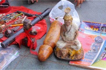 На рынке магических амулетов в Бангкоке