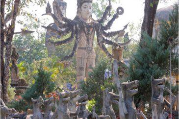 Боги и армия собак в скульптурном парке Нонг Кая