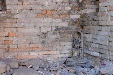 Одинокий Будда в заброшенном храме Чианг Мая
