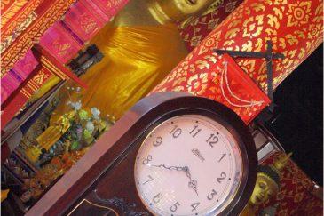 Будда и время в храме Чианг Мая