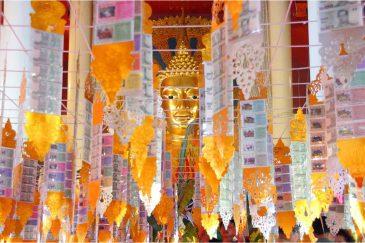 Будда смотрит через гирлянды денег... Чианг Май