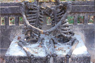 Философская скульптура в парке городка Нонг Кая