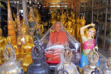 Пакетированные святые на улицах Бангкока