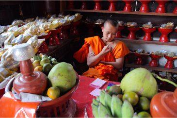 Скучающий монах в Чианг Мае
