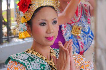 Традиционные танцы в центре Бангкока