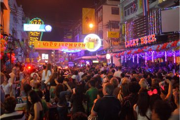 Улица Каосан в Бангкоке в новогоднюю ночь