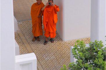 Монахи-туристы в Бангкоке