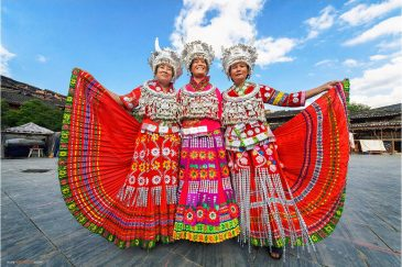 Китайские туристки в одежде народности мяо в деревне Сицзян, провинция Гуйчжоу