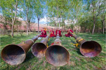 Монахи возле города Шангри-Ла в провинции Юньнань