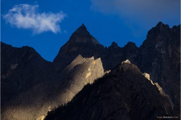 Скалы над Ущельем Прыгающего Тигра в провинции Юньнань