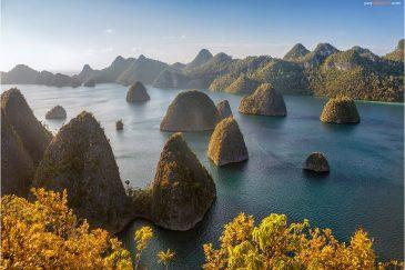 Скалы вокруг острова Ваяг. Архипелаг Раджа Ампат