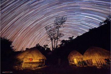 Звезды и домики в деревне среди гор долины Балием