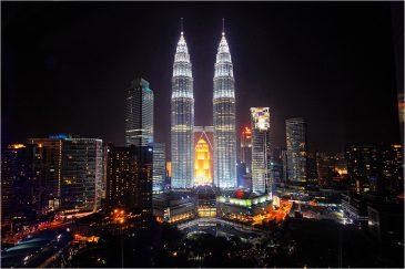 Башни Петронас и ночной Куала-Лумпур