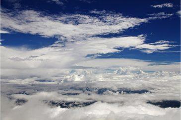 Облака со склона высочайшей горы острова Борнео - г. Кинабалу (4095 м.)