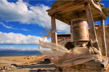 Молитвенный барабан на берегу озера Манасаровар