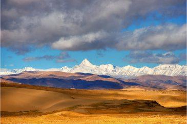 Песчаные дюны и стена Гималаев со стороны Тибета
