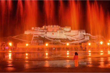 Потала - дворец Далай-Ламы и фонтаны на вечерней площади