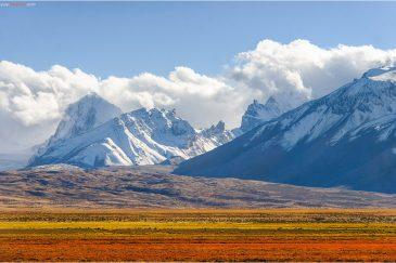 Разноцветные поля у подножия Гималаев. Западный Тибет