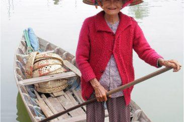 Бабуля-рыбак в городке Хойан