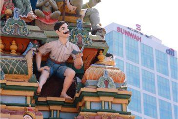 Человек Читающий на индуистском храме Сайгона