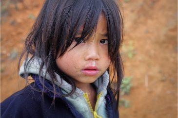 Девочка народности Черные Хмонги в окрестностях города Сапа