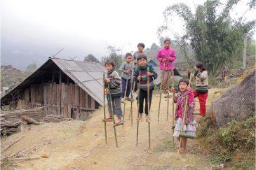 Игры на ходулях в деревушке Северного Вьетнама