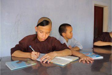 Молодые буддистские монахи в Хюэ