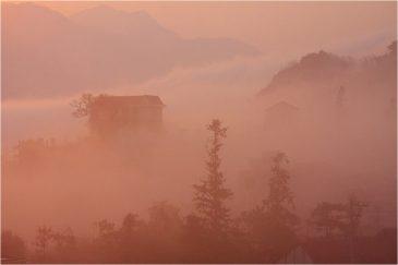Оранжевый восход в горах недалеко от китайской границы