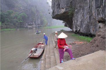 Пристань на реке Нго Донг среди скал в окрестностях Нин Бина