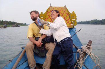 Приставание капитана лодки на прогулке по Ароматной реке в городе Хюэ