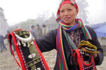 Продажа сувениров женщинами народности Красные Зяо