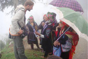 С женщинами народности черные хмонги
