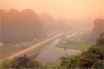Скалы в окрестностях Нин Бина