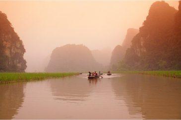 Скалы вокруг реки Нга Донг в местечке Там Кок