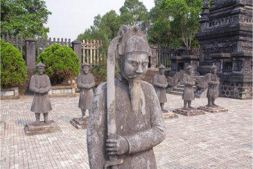 Охранники возле императорской гробницы недалеко от города Хюэ
