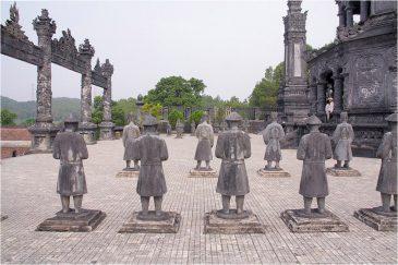 Солдаты, охраняющие покой усопшего императора. Окрестности Хюэ