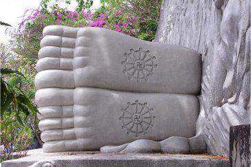 Стопы Будды в парке Нячанга