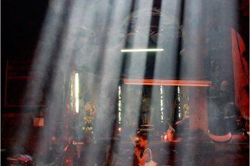 Свет в конфуцианском храме Сайгона