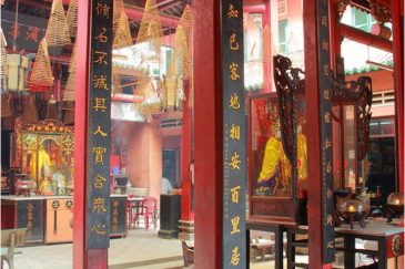 Тетушки отдыхают в конфуцианском храме Сайгона
