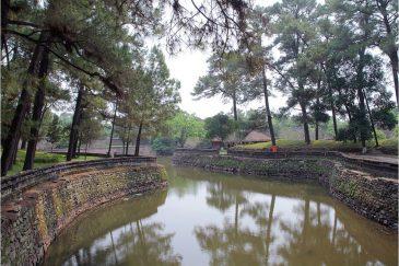 Тихие пруды возле императорских гробниц в окрестностях Хюэ