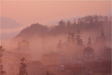 Туман и восход солнца над городом Сапа в горах Северного Вьетнама