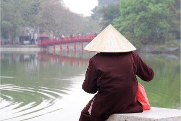 В знаменитых вьетнамских шапках ходят даже столичные жители. Пруд в центре Ханоя