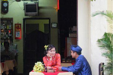 Вьетнамская парочка в ресторане города Хойан