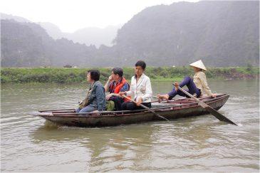 Вьетнамцы по местной традиции гребут ногами